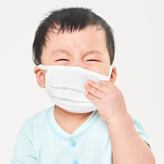 Enfant portant un masque facial