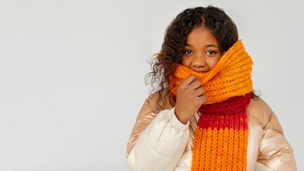 Enfant portant des vêtements chauds avec espace copie