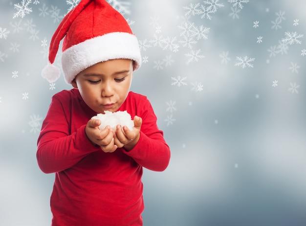 Enfant poudrerie dans un fond de flocons de neige