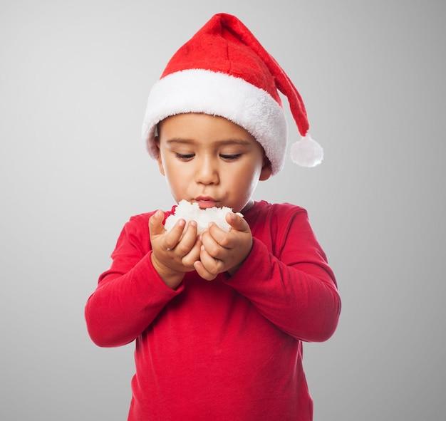 Enfant poudrerie de ses mains