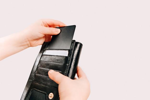 L'enfant prend la carte du portefeuille des parents