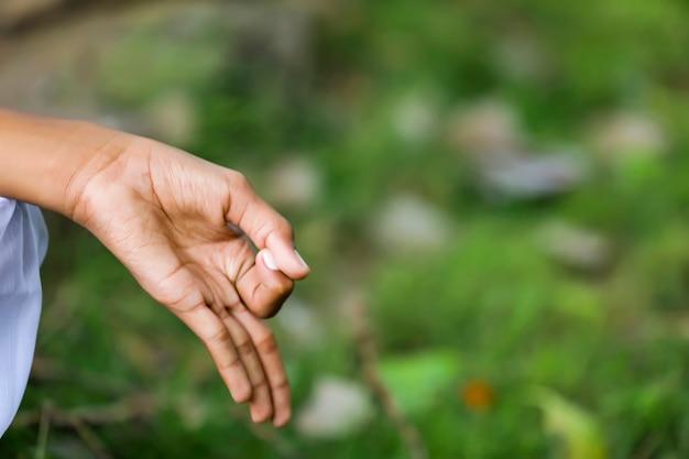 Enfant prêtre indien faisant la méditation