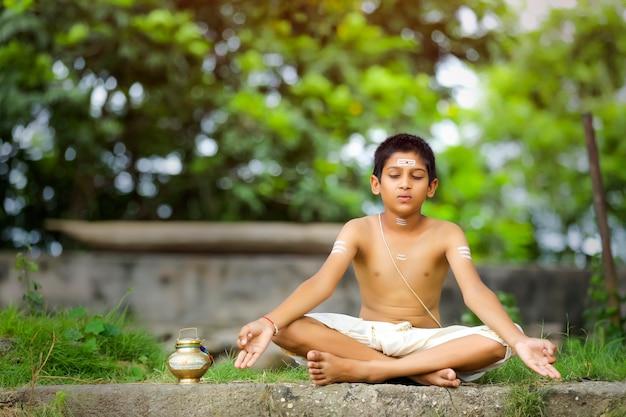Enfant prêtre indien méditant