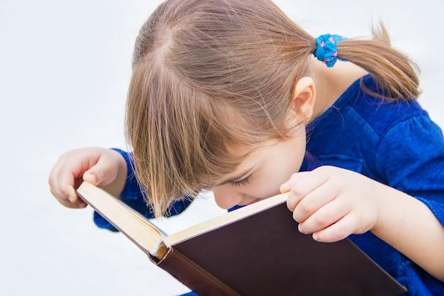 L'enfant prie dieu. mise au point sélective.