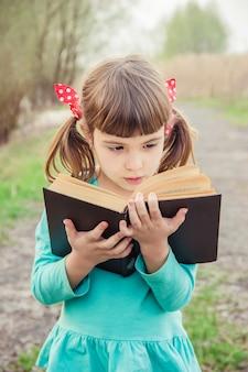 L'enfant prie. mise au point sélective. les gens les enfants.