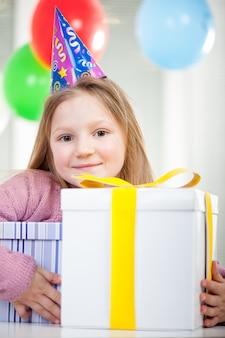 Enfant profitant d'une fête d'anniversaire