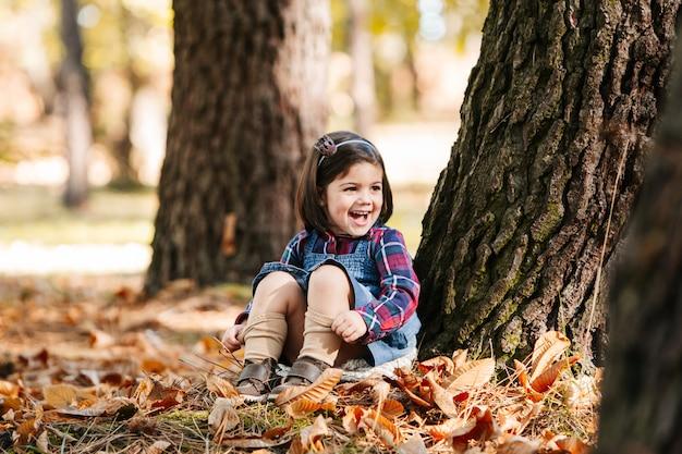 Enfant profiter au parc en automne