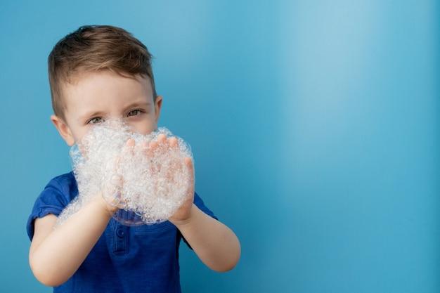 Enfant, projection, sien, savon, mousse, nettoyage, hygiène, concept., nettoyage, mains, eau, savon