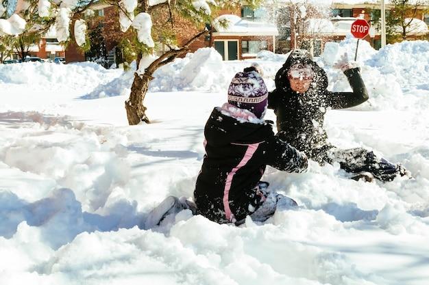 Enfant qui court dans la forêt enneigée. enfant en bas âge jouant les enfants jouent dans la neige.