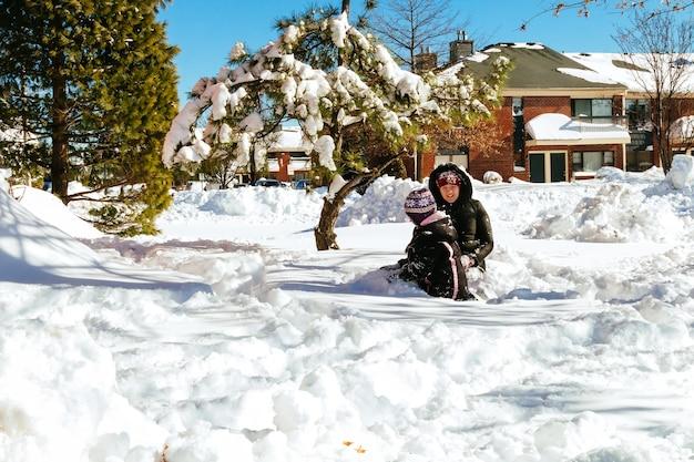Enfant qui court dans la forêt enneigée enfant enfant jouant à l'extérieur enfants jouant dans la neige