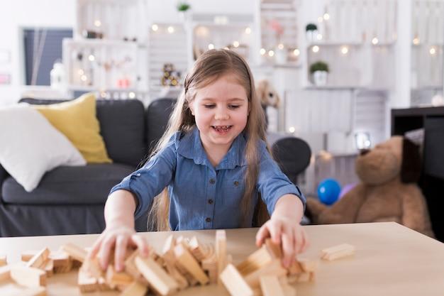 Enfant qui joue dans le salon
