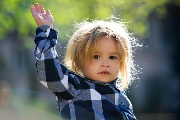 Enfant de race blanche à l'extérieur du portrait se bouchent. visage d'enfants.