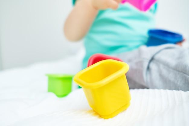 Enfant de race blanche jouant avec des jouets multicolores
