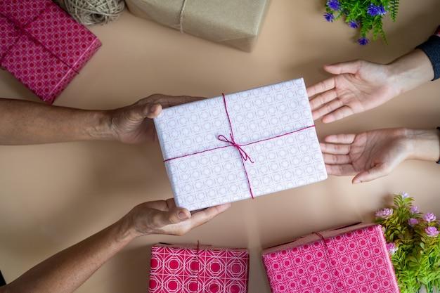 L'enfant reçoit un cadeau de sa mère le jour de son anniversaire.