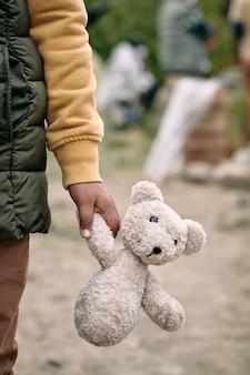 Enfant réfugié avec ours en peluche