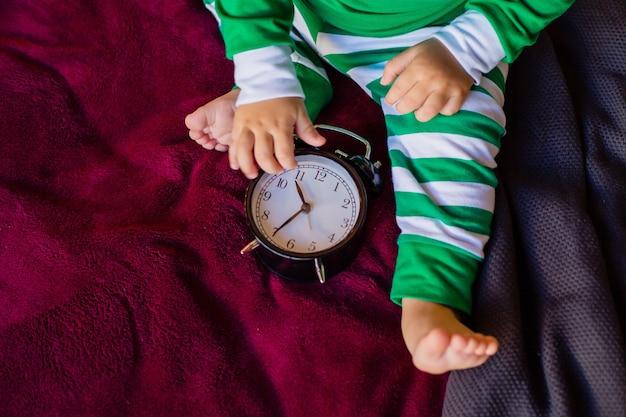 L'enfant regarde l'horloge