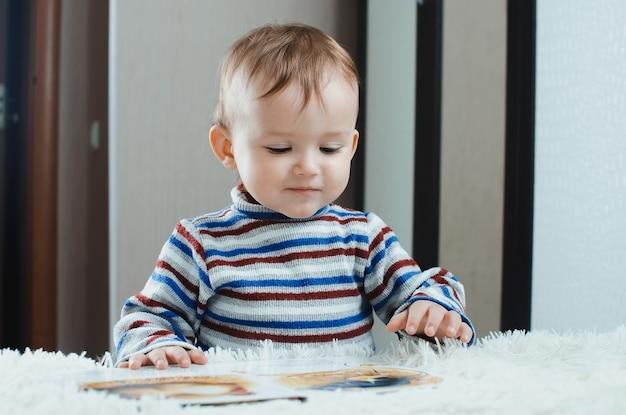 L'enfant regarde le livre est très passionné par son métier, comme