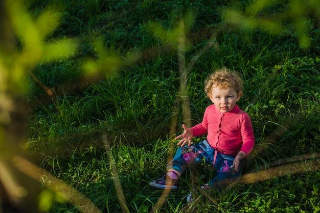 Un enfant relaxé sur la pelouse