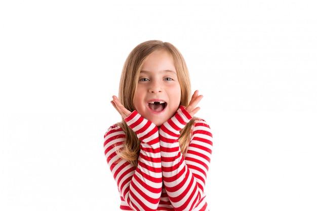 Enfant en retrait blond ouvert mounth mains heureux