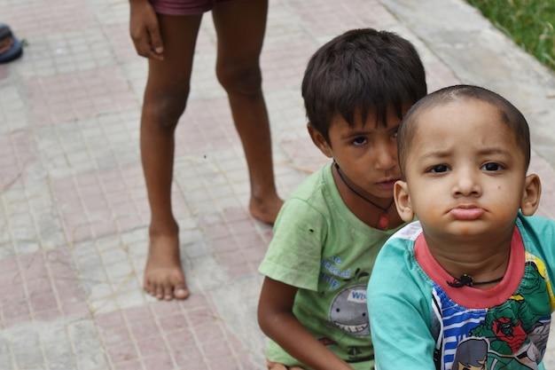 Enfant de la rue jouant dans le parc à delhi