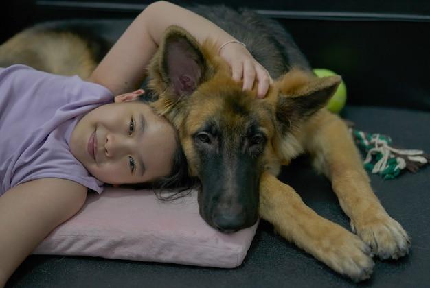 Enfant s'allonger tête de chien