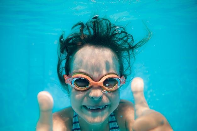 Enfant s'amusant dans la piscine portrait sous-marin d'enfant vacances d'été