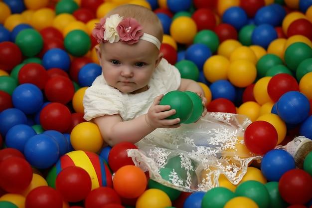 Un enfant s'amuse et joue à une fête d'enfants