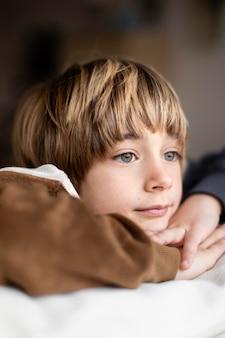 Enfant S'ennuie à La Maison Photo Premium
