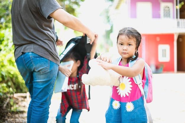 Enfant avec sac à dos derrière le; retour à l'école