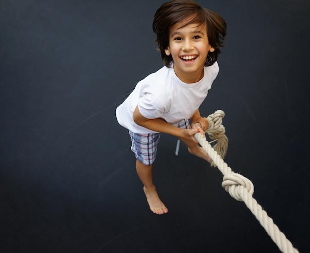 Enfant sautant haut