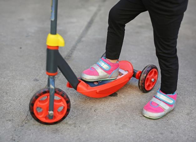 Enfant sur le scooter