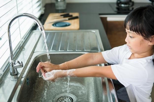Enfant se lavant la main avec du savon