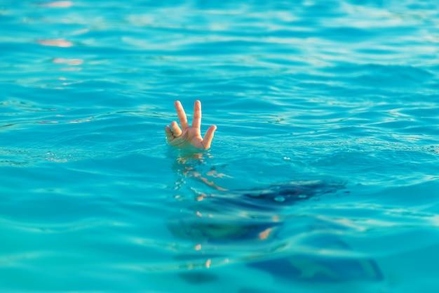 L'enfant se noie dans l'eau. mise au point sélective.