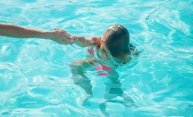 L'enfant se noie dans la mer. mise au point sélective. la nature.