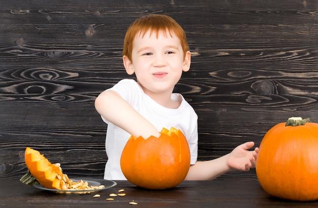 L'enfant se prépare pour halloween
