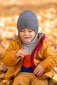 Un enfant se réjouit de jouer avec une coccinelle dans un parc en automne. enfance heureuse