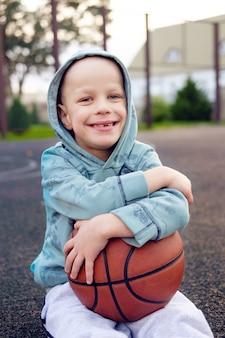 Enfant, séance, basket-ball, balle, basket-ball, rue, champ