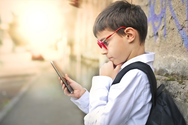 Enfant avec smartphone