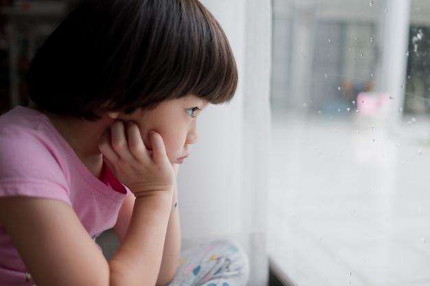 Enfant solitaire, enfant triste, concept de violence familiale