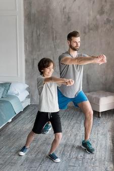 Enfant et son père faisant du sport à la maison