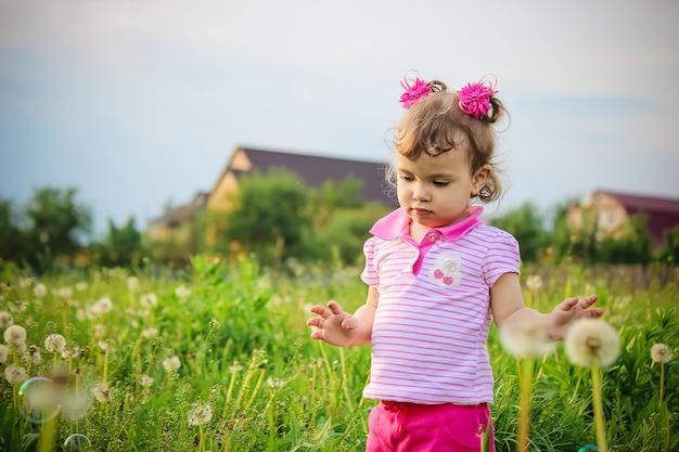L'enfant souffle des bulles. mise au point sélective. la nature.