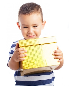 Enfant souriant avec un cadeau jaune