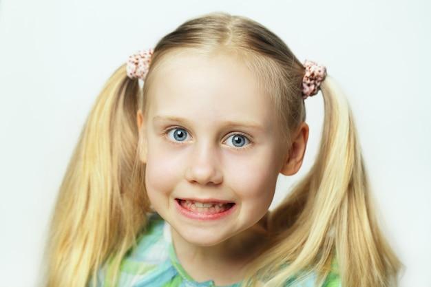 Enfant souriant - joli visage, portrait