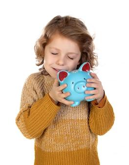 Enfant souriant pensif tenant une tirelire
