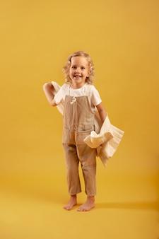 Enfant souriant plein coup posant