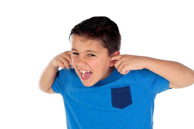 Enfant stressé couvrant ses oreilles