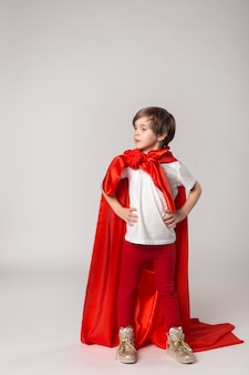 Enfant superwoman féminin en costume de super héros