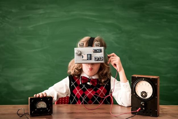 Enfant surpris avec un casque de réalité virtuelle kid s'amusant dans le concept d'éducation en classe