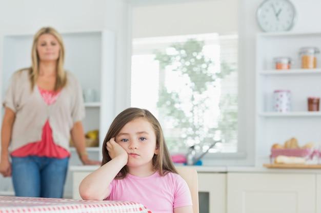 Enfant à la table de la cuisine à la recherche de colère