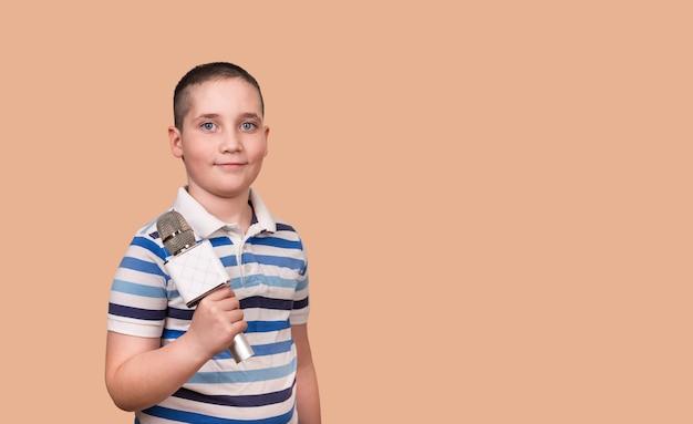 L'enfant talentueux chante le karaoké